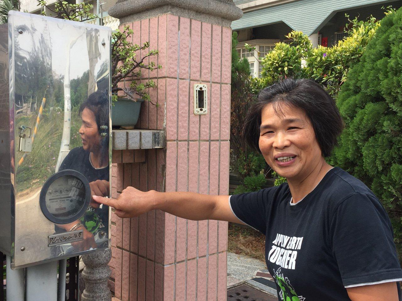 家住塔后的陳媽媽說,家中的電費連2期暴增,讓她嚇壞了。記者蔡家蓁/攝影