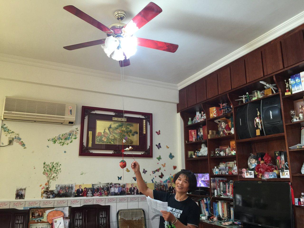 連2期家中的電費暴增,陳媽媽說,白天都快要不敢開燈了。記者蔡家蓁/攝影