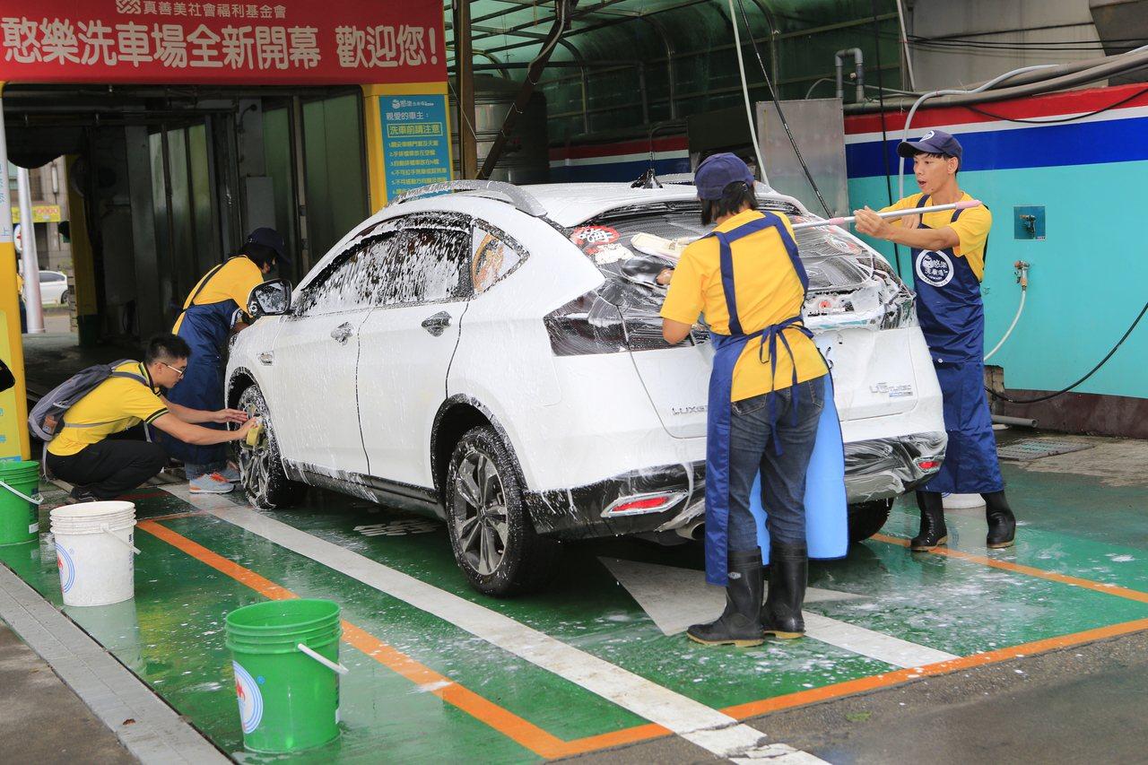 憨兒洗車不放過每一清洗細節。記者鄭國樑/攝影