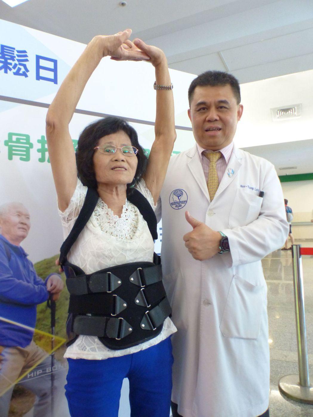 陳姓阿嬤(左)經向醫師李旭東(右)求診後,接受藥物治療,2個月後恢復行動力。記者...