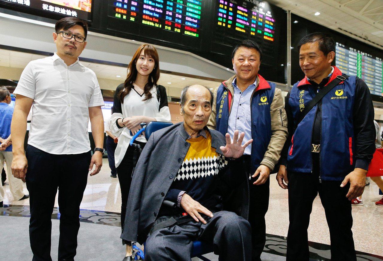在大陸滯留三十年的「台留」韓元福(中)下午搭乘MU-2087班機返台,在桃園機場...