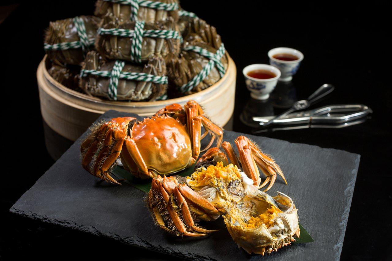 花雕蒸大閘蟹,每份1,880元。圖/台北文華東方提供