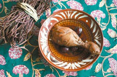 濃郁的仙草雞湯,夏季或秋日都很適合飲用。 圖/毛奇