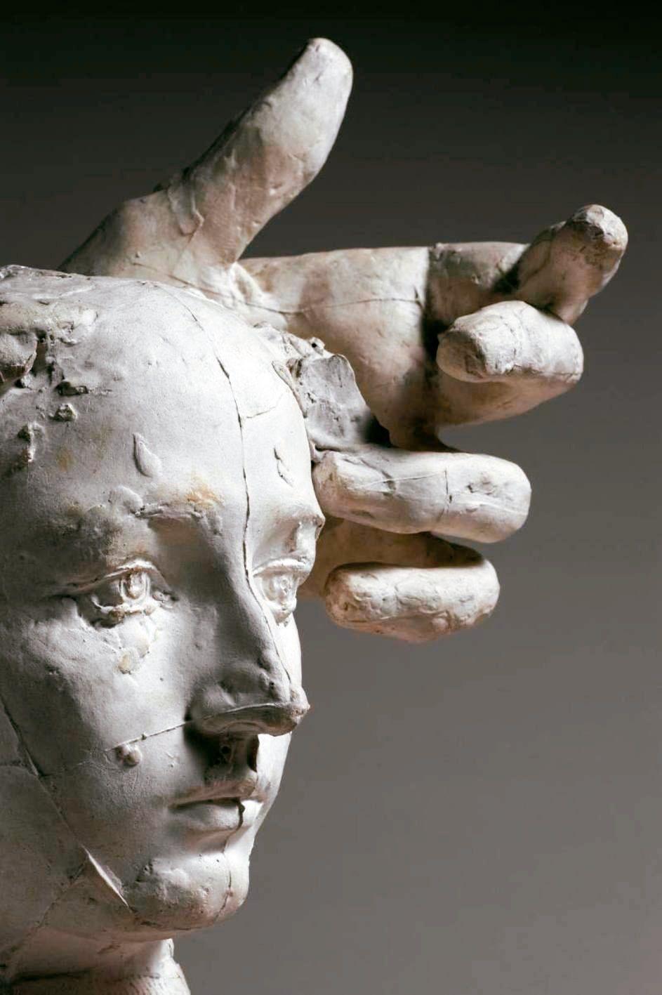 圖七:羅丹做了「上帝之手」,一隻巨大的手掌,在卡蜜兒頭像旁邊,像愛撫,也像操控。...