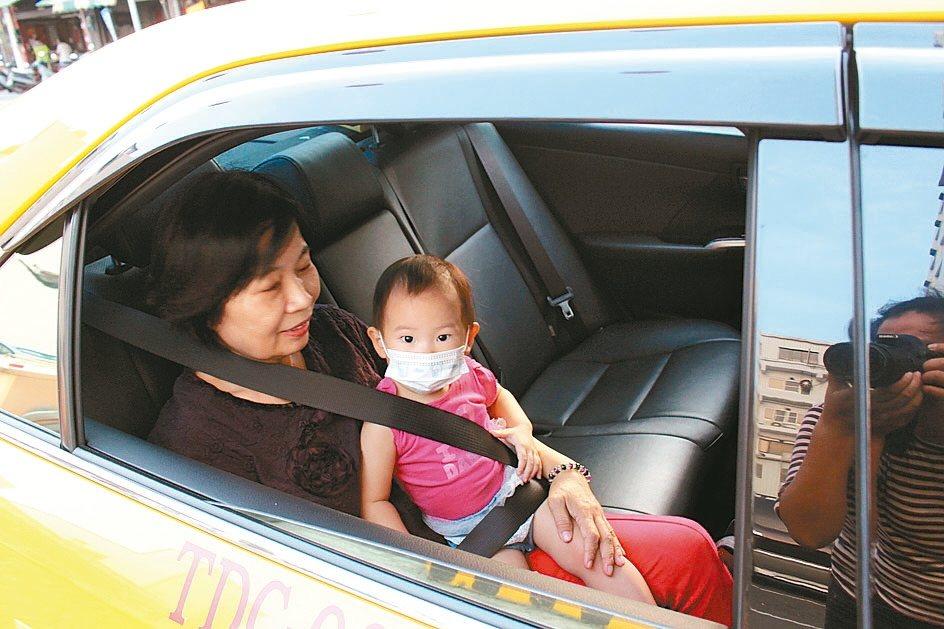 由於計程車沒有安全座椅,民眾帶4歲以下的孩子出門搭車,除了用手抱著,就是用安全帶...