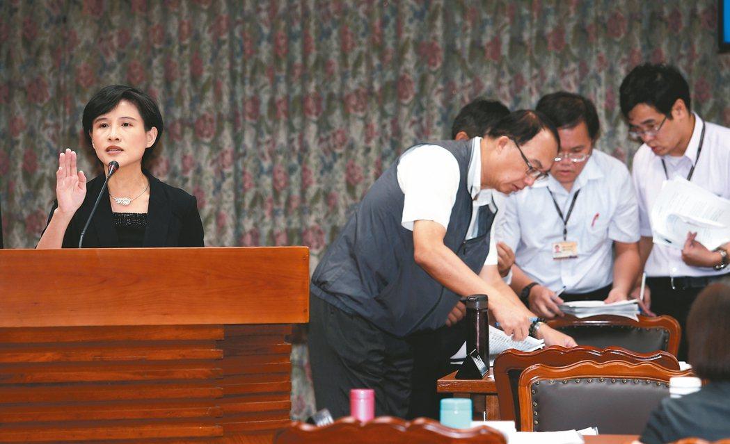 文化部長鄭麗君(左)昨天在立法院教育及文化委員會就「如何強化中央監督地方守護文化...