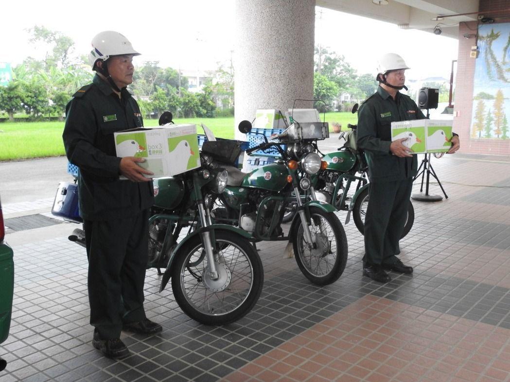 南投郵局郵務士將捐贈物資載到創世草屯院後,熟練的將車上貨物卸下送給院方。記者賴香...