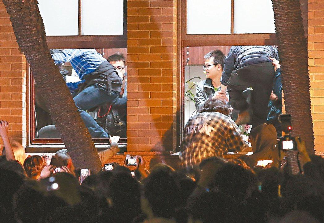圖為2014年3月23日太陽花學運學生攻占行政院,打破窗戶進入景象。 圖/報系資...