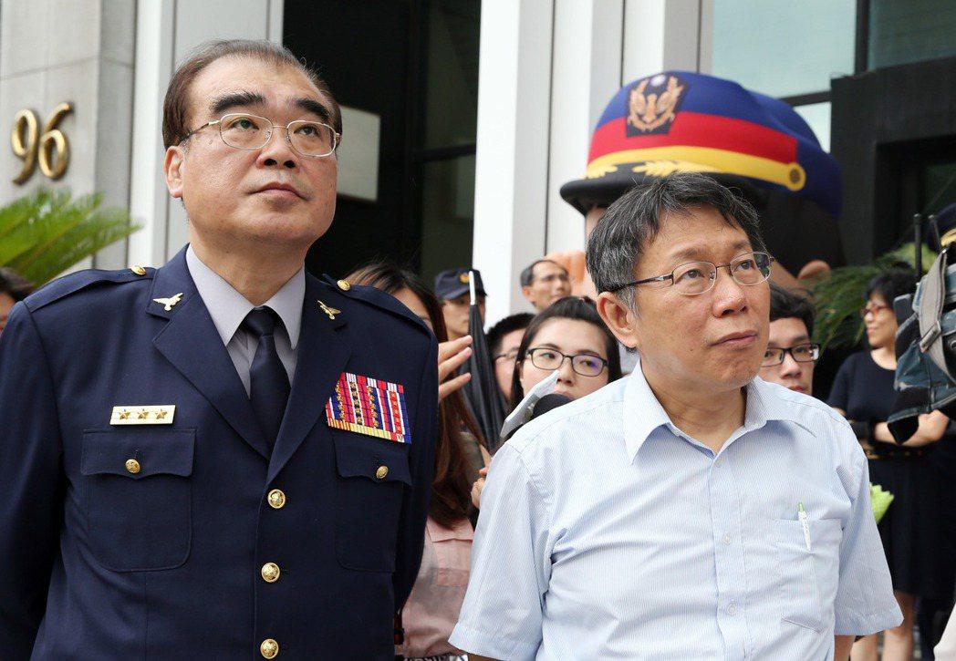 北市警局長邱豐光(左)調任警政署副署長,前一晚才知情的台北市長柯文哲(右)對...
