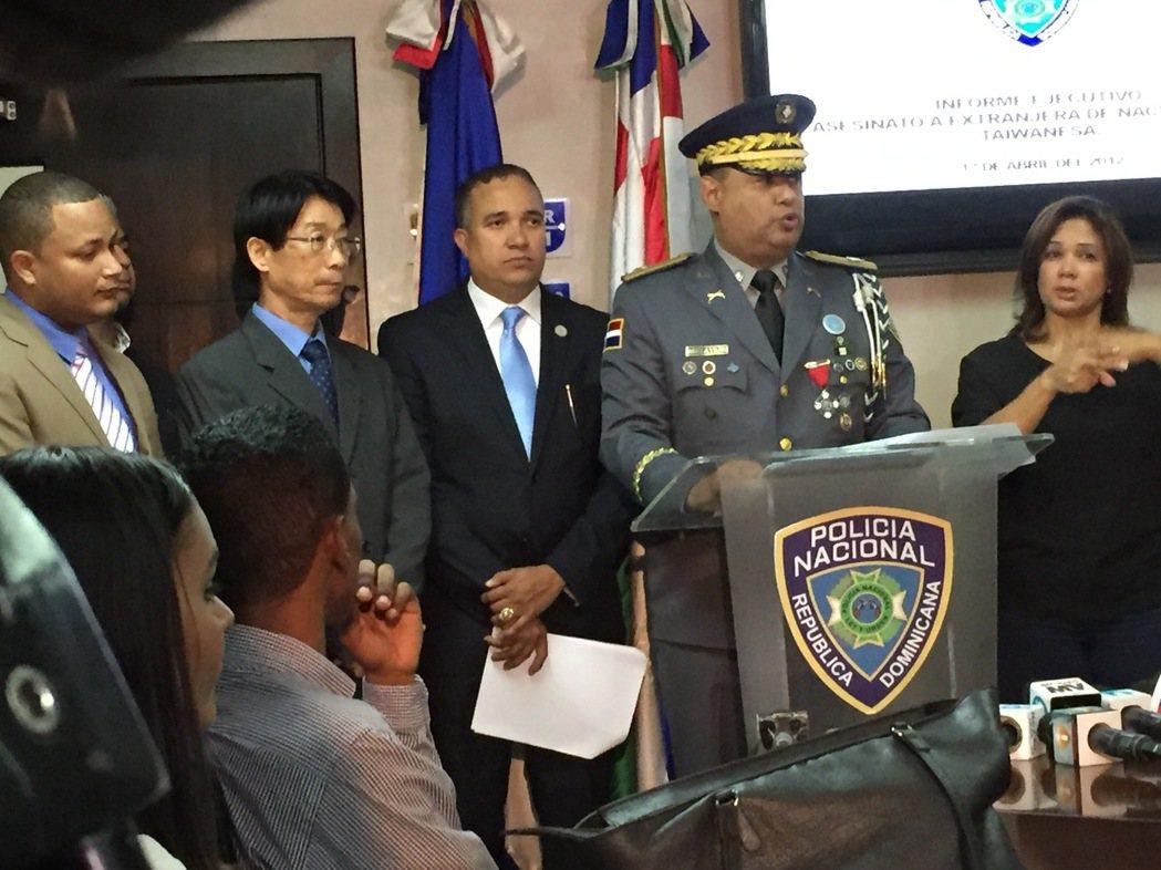 多明尼加警政總局召開記者會宣布,我大使館僑務祕書區美珍姦殺一案破案。當時駐多明尼...