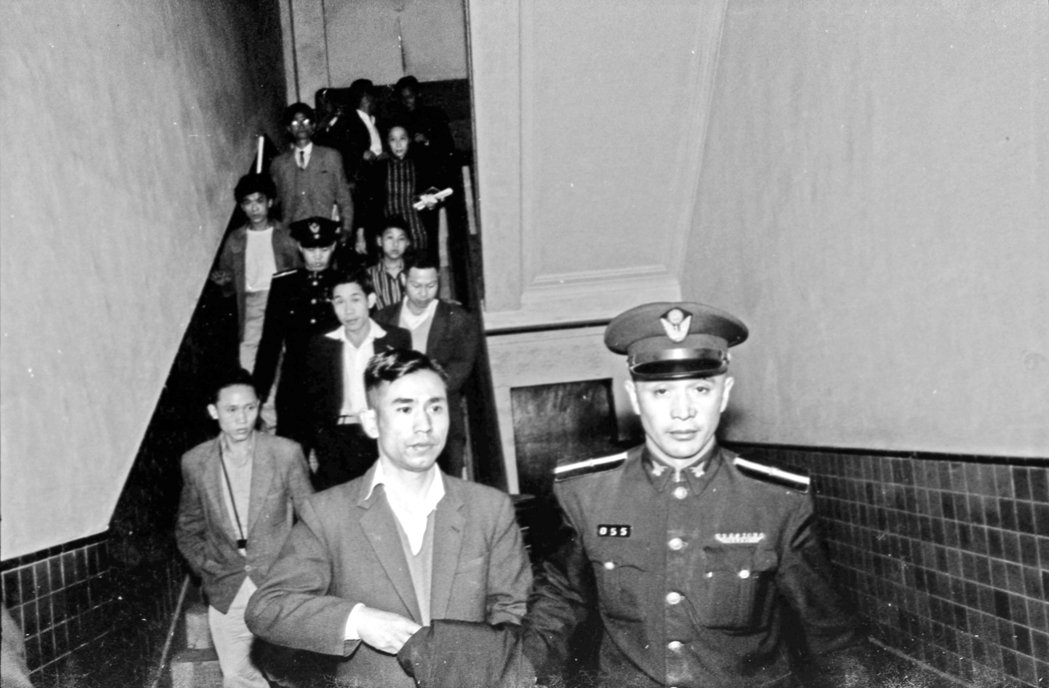武漢大旅社命案開庭,圖為被告黃學文(左二白襯衫者)由法警押解下進入法庭受審。 圖...