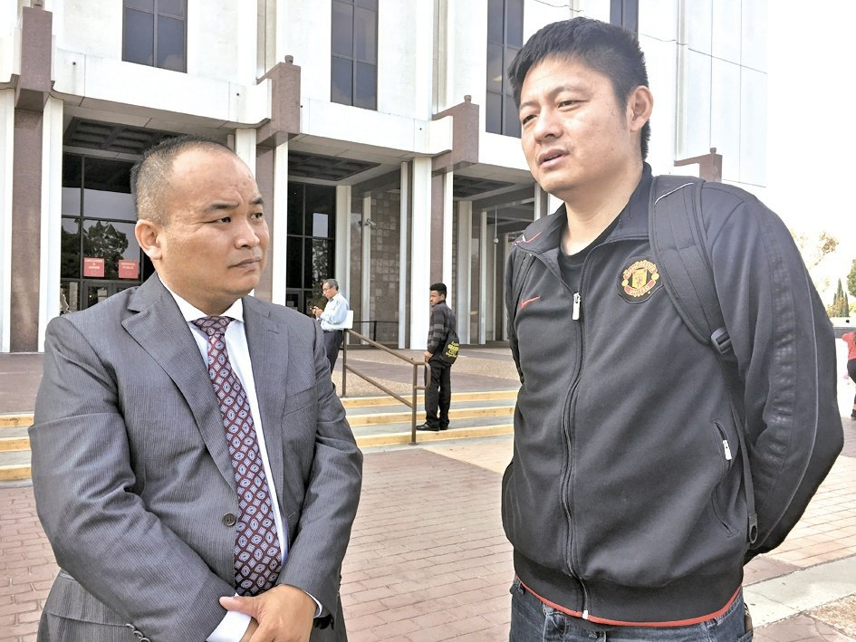 對此案頗有興趣的律師劉龍珠(左)與在網上爆料賈躍亭的自媒體人顧穎瓊(右)探討案情...