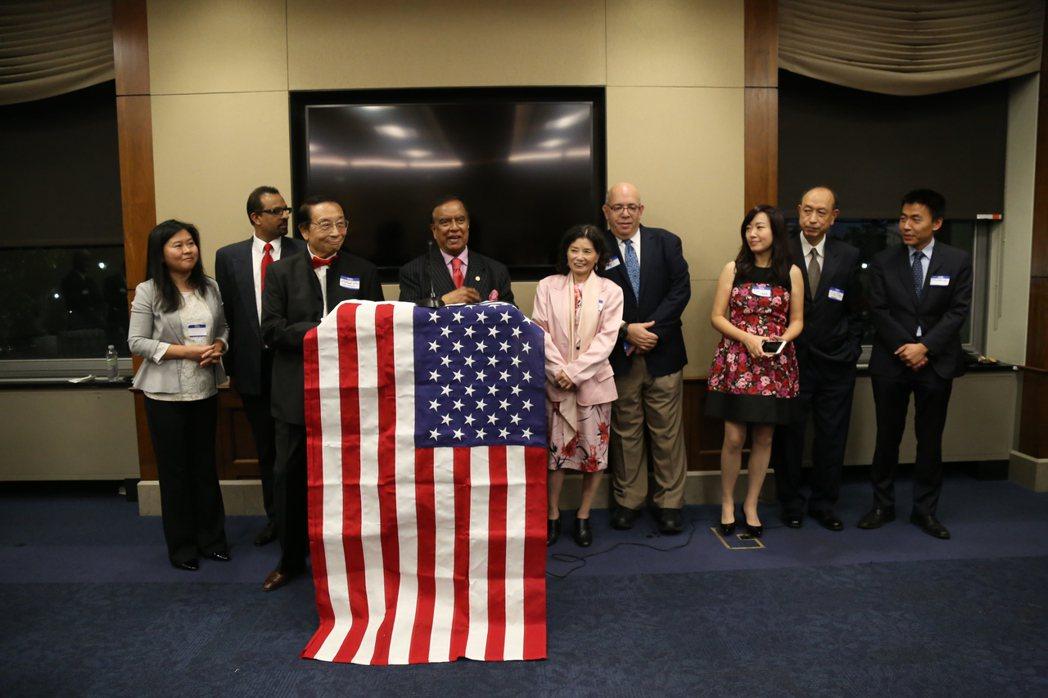 全美亞裔共和黨聯盟在國會山莊的眾院雷本辦公大樓舉行招待會。NRAA主要成員向來賓...