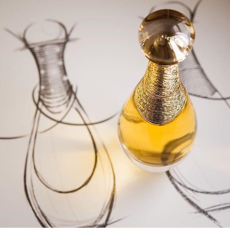 J'adore L'or頂級金緻香精,每一瓶細膩瓶身中,都裝載著以400朵珍稀花...