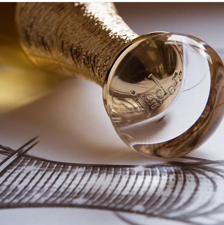 J'adore L'or頂級金緻香精全新瓶身閃耀著如珠寶般的奢華璀璨,展現與眾不...