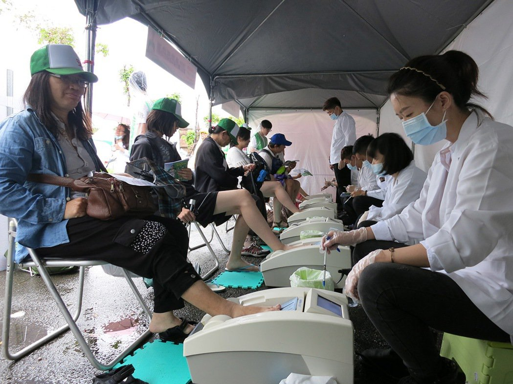 活動現場,安怡奶粉提供「骨密度檢測」,只見民眾紛紛捲起褲管,將一隻腳放在「超音波...