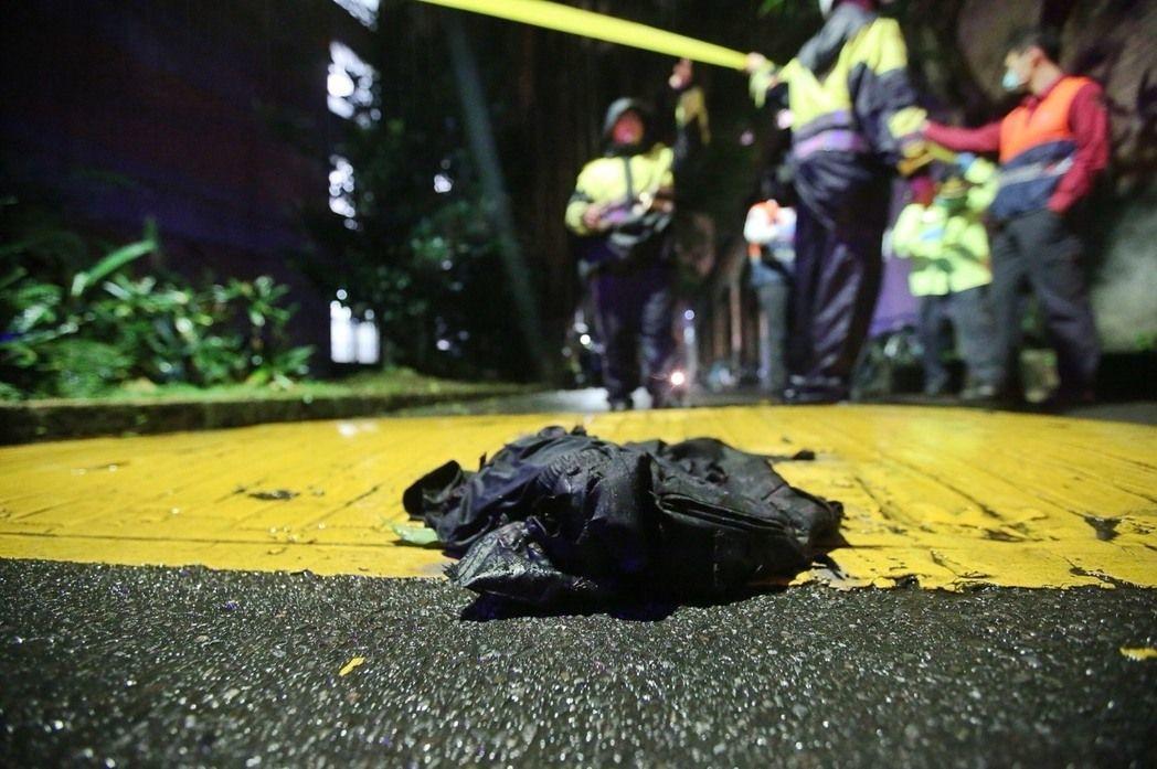 台大發生校園命案,造成1死3傷,傷者遺留在現場的衣物。 記者楊萬雲/攝影