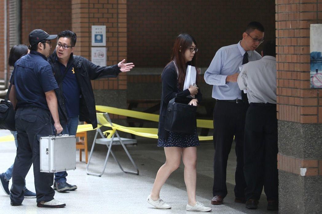 檢察官(右二)上午到台大潑酸1死3傷案現場勘驗,位於台北市舟山路的國立台灣大學內...