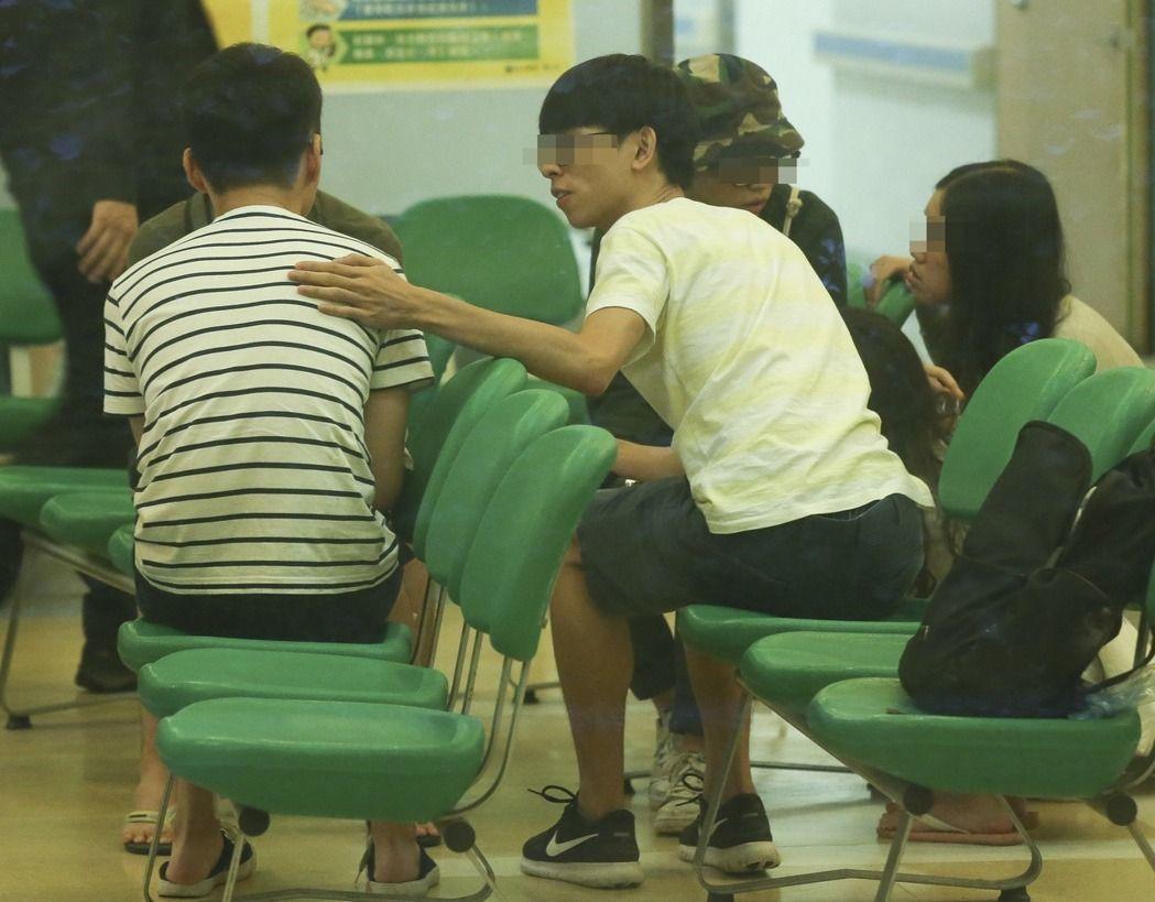 駱姓學生(左一)到台大醫院接受治療,其他同學也到醫院探視。記者楊萬雲/攝影