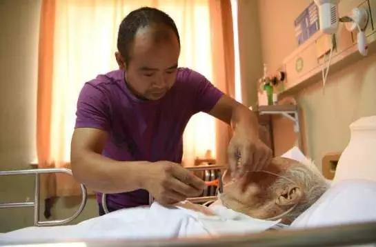 河南的于姓男子上個月不慎撞上一位老爺爺,他因此放下工作24小時貼身照顧。圖擷自網...