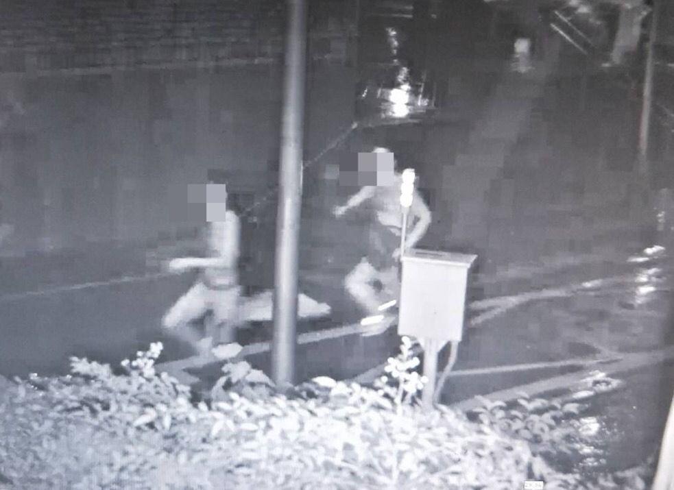 張男昨晚持刀追趕謝男。記者蕭雅娟/翻攝