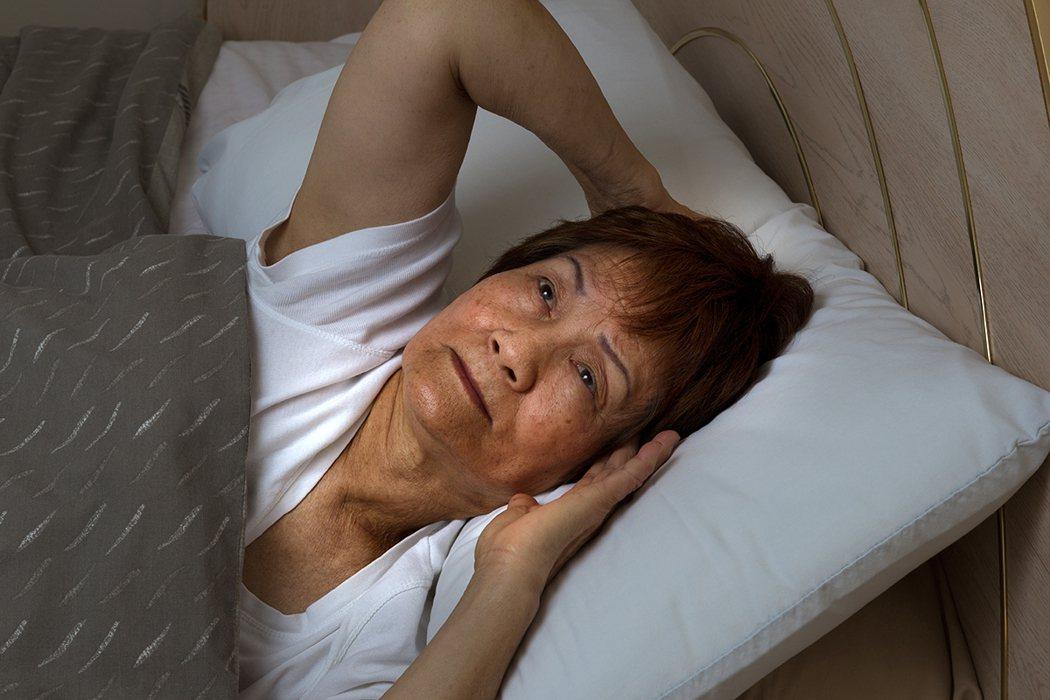 根據臨床經驗,其中老年人的失眠大多有兩項特徵:夜間睡眠時間的縮短以及上床入睡時間...