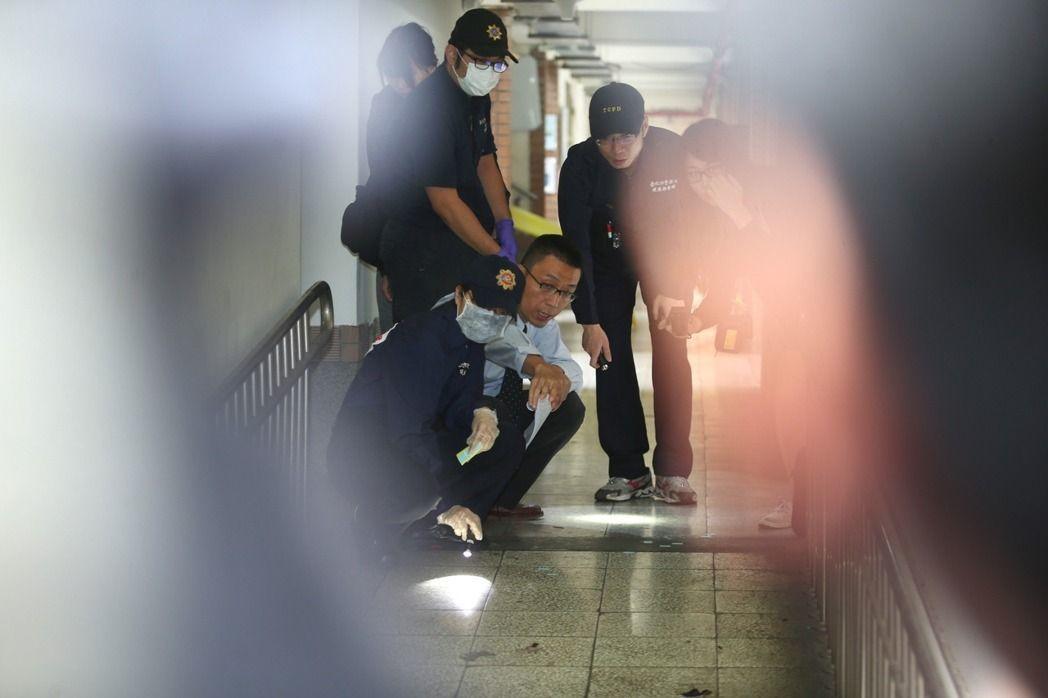 國立台灣大學校園今凌晨驚傳潑酸案,造成1死3傷慘劇;張姓台科大畢業生因已死亡,若...