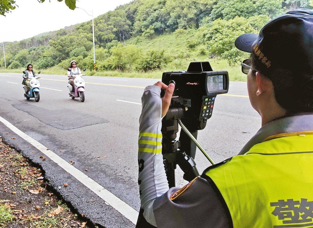 警方出動電子測速器取締超速,駕駛人「看到已來不及」。 圖/報系資料照片