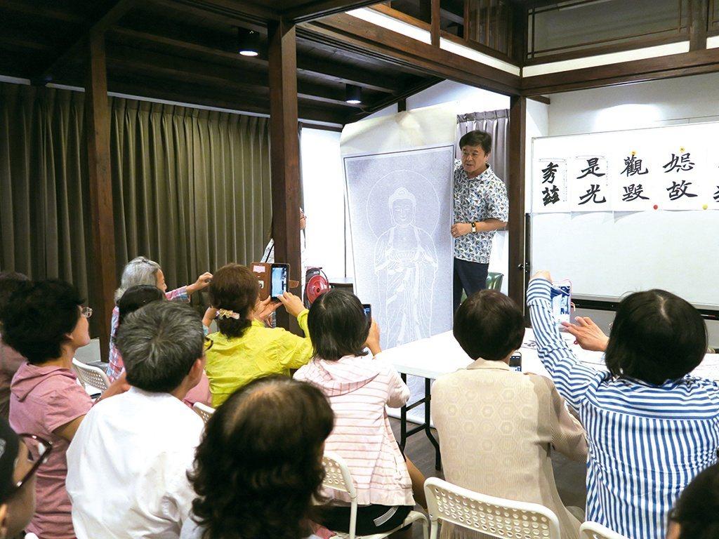 國寶級書法大師周良敦在文學館開班,反應熱烈。 【圖・文化研究科】