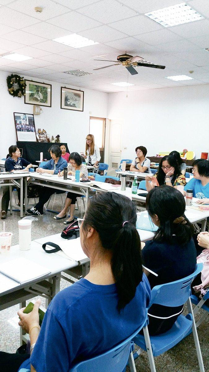 童話屋讀書會的參與者是受訓過的故事志工 【圖・台中市台中故事協會】