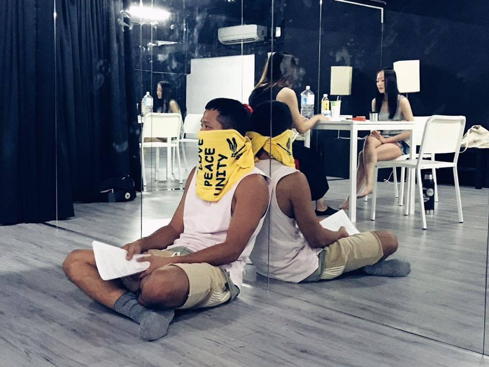 拆去固定導演的表演框架後,演員們想在黑盒子裡玩出很寫實的東西。 《未完待續》劇組...