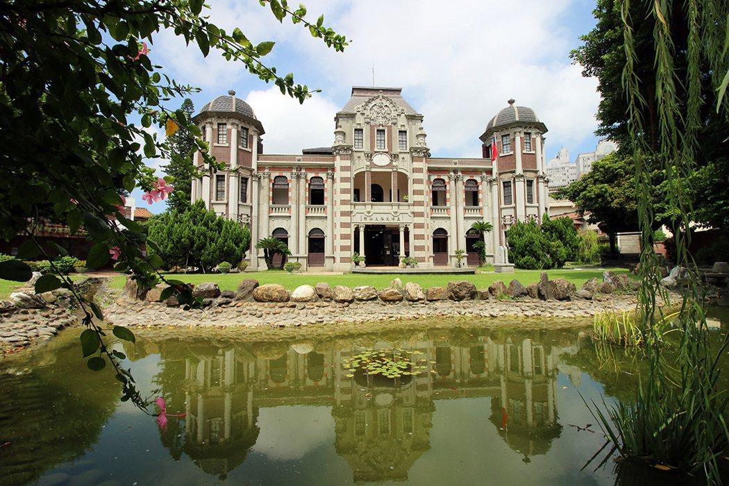鹿港民俗文物館建築融合中西,典雅優美,是造訪鹿港的起點。