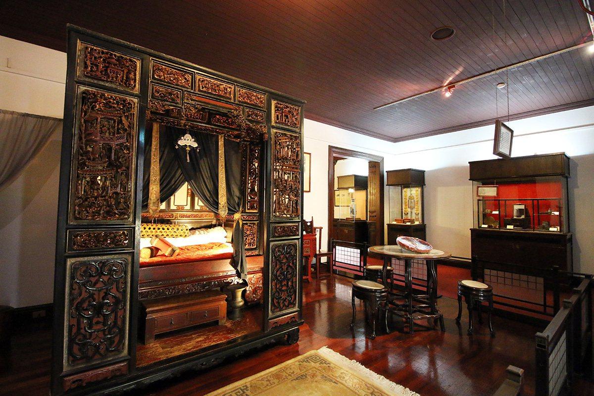 鹿港民俗文物館內的雙進式紅眠床,上有鏤雕描金圖飾,十分精緻。