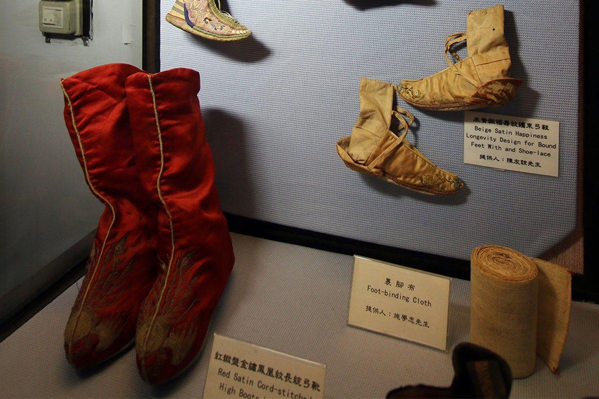 各式緞面弓鞋尺寸小巧,見證了古代婦女裹小腳的歲月。