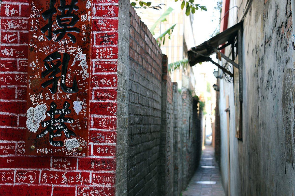 摸乳巷十分狹窄,兩人相遇時需側身方能通行。