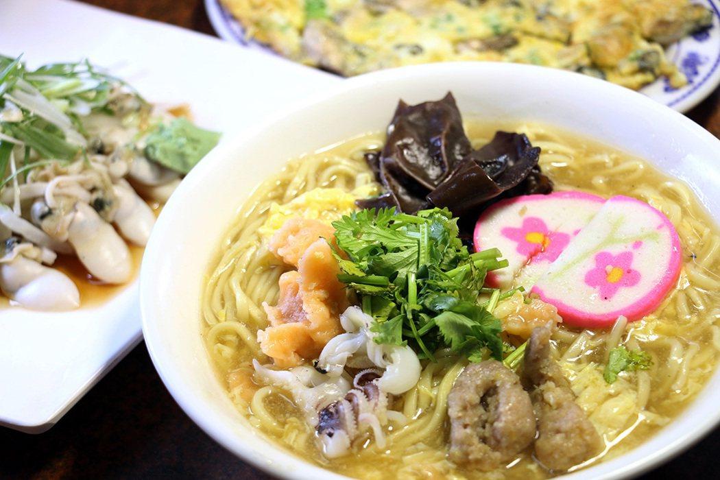 三番錦魯麵用料豐富,搭配西施舌、蚵仔煎最對味。