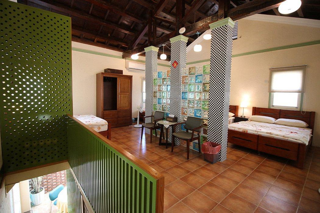 保存完好的台灣檜木桁架結構,讓置身二樓住宿空間時嗅聞到香氣。