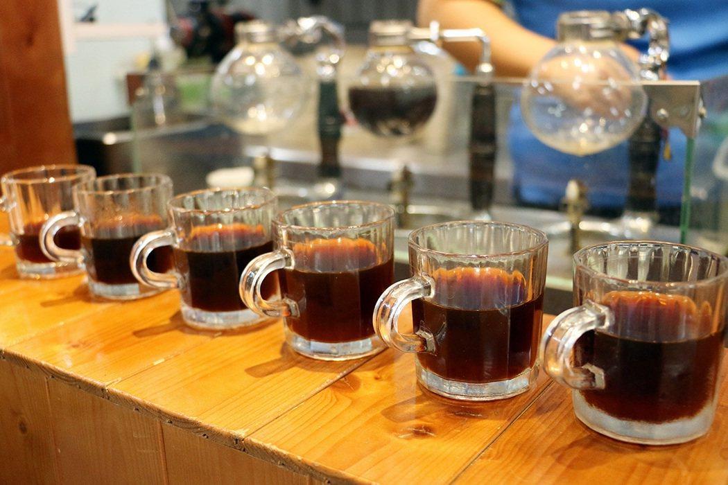 咖啡小舖推廣阿里山咖啡,可循序漸進一次品味六種咖啡。