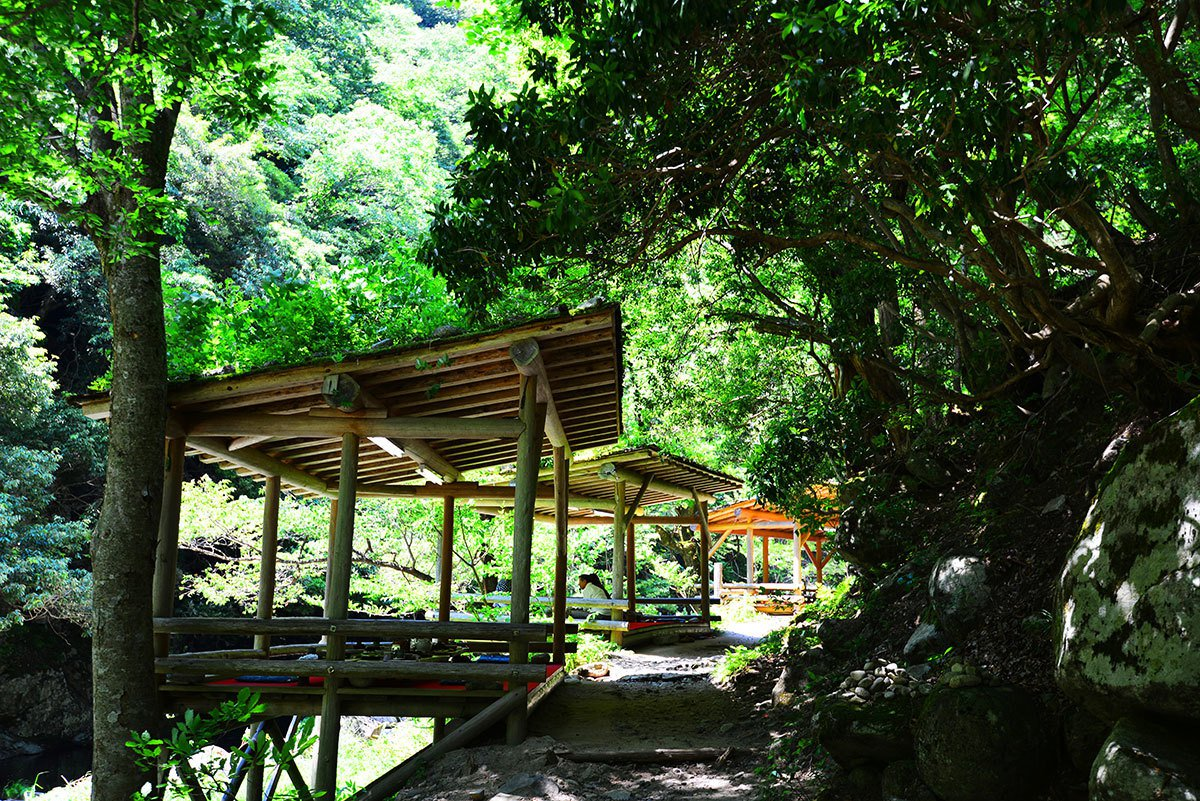 小溪瀑布旁享用三滝園山菜會席料理。
