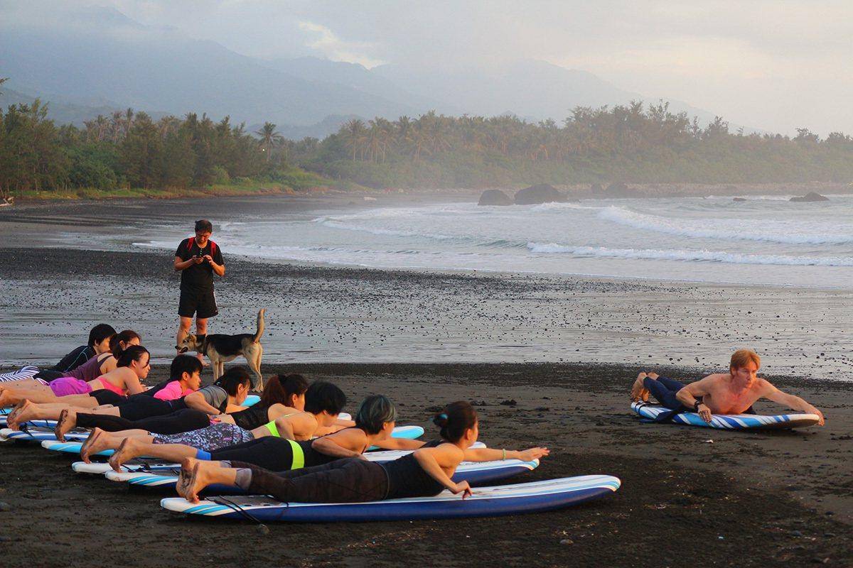 Mark帶著學員到都歷海灘練習衝浪技巧,這裡也是練習瑜珈的好地方。(圖片提供|樹...