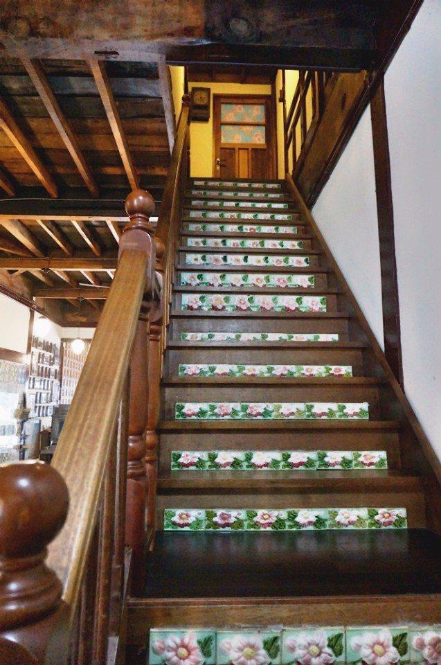 樓梯也有鑲嵌花磚。(攝影/林郁姍)