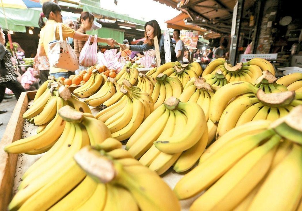 香蕉偏寒涼食物,經期避免吃太多,但一天吃1根還好。圖/本報資料照片
