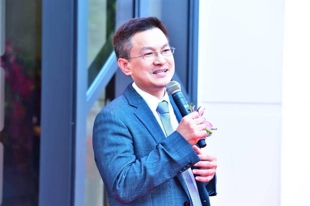 彰化縣長魏明谷拿 起麥克風唱歌,架勢十足,台風也不錯。照片/彰化縣政府提供