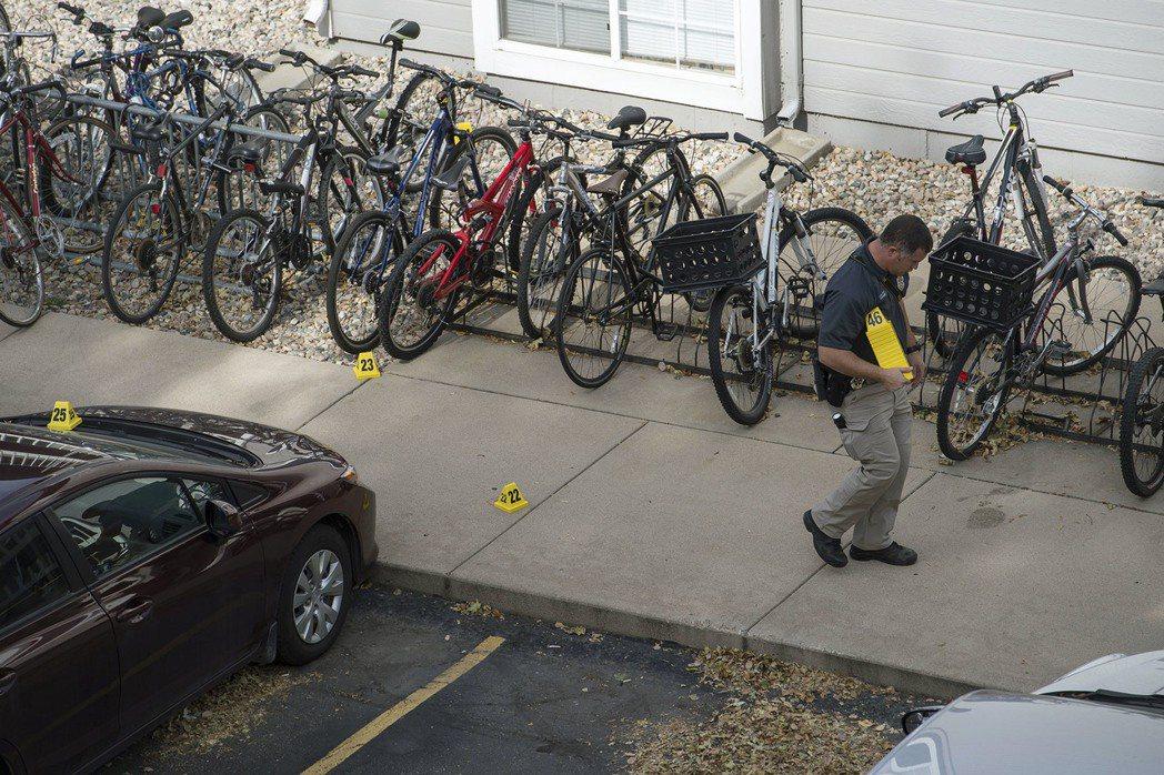 調查人員標示跡證。美聯社