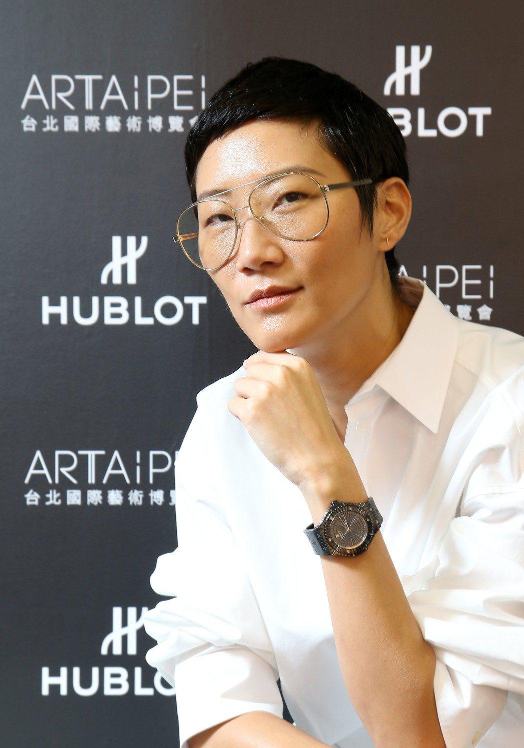 擔任台北國際藝術博覽會藝術導覽大使的孫怡,再次和宇舶表合作,以率性造型詮釋Big...