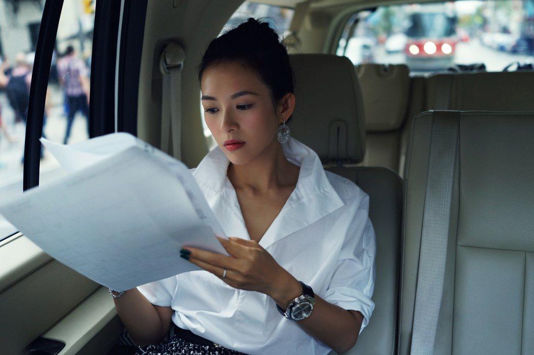 章子怡曾在擔任第41屆多倫多國際電影節評審時,配戴了Big Bang Cavia...
