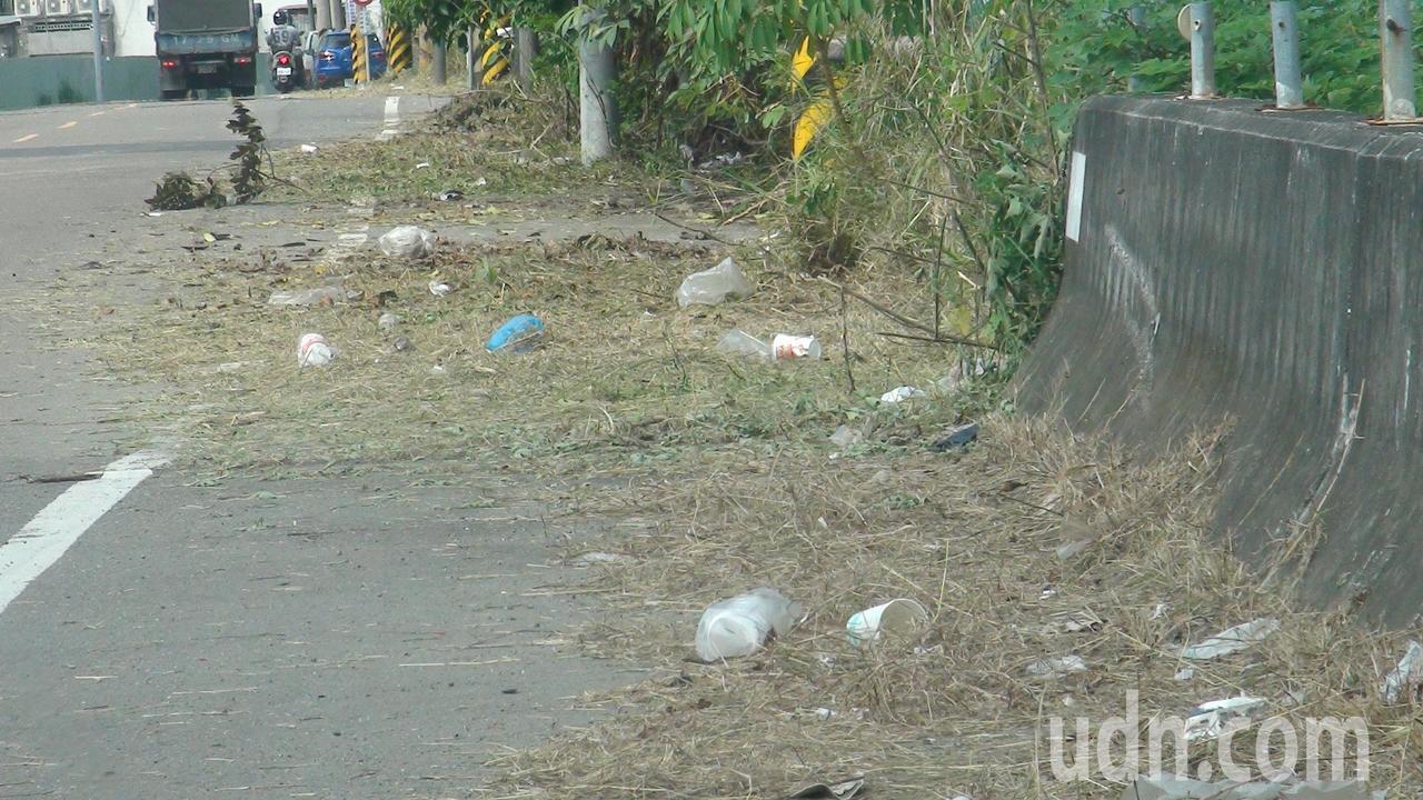 村里社區最困擾的是民眾隨意丟在路旁的垃圾,有的豎立神明勸導告標語,並動員志工打掃...