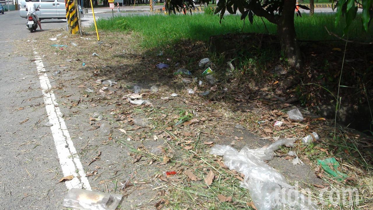 大林鎮市區往中林和上林的路口,除草後出現許多垃圾。記者謝恩得/攝影