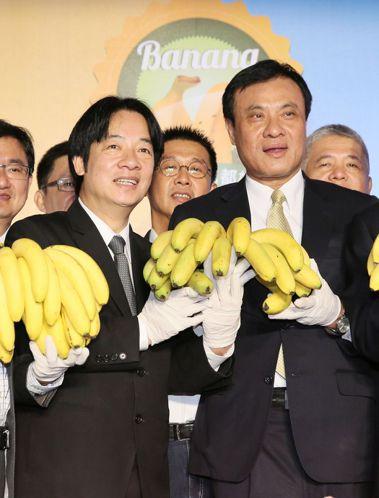行政院長賴清德(前排左)、立法院長蘇嘉全(前排右)上午出席「香蕉的101種吃法」...