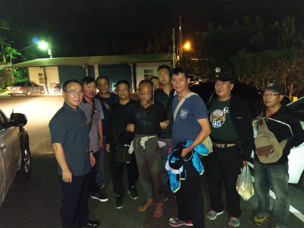 花蓮玉里警分局找來原住民壯警組成專案小組,逮捕野人林姓男子。圖/玉里警分局提供